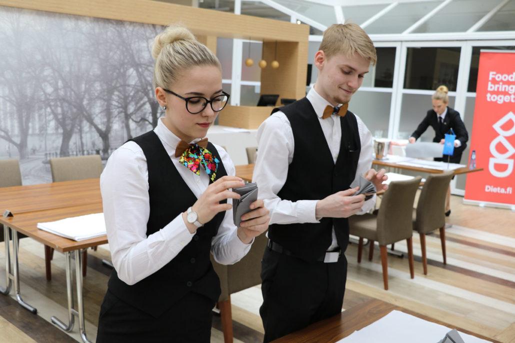 Serviettien taittoa tarjoilijoiden SM-kilpailussa.