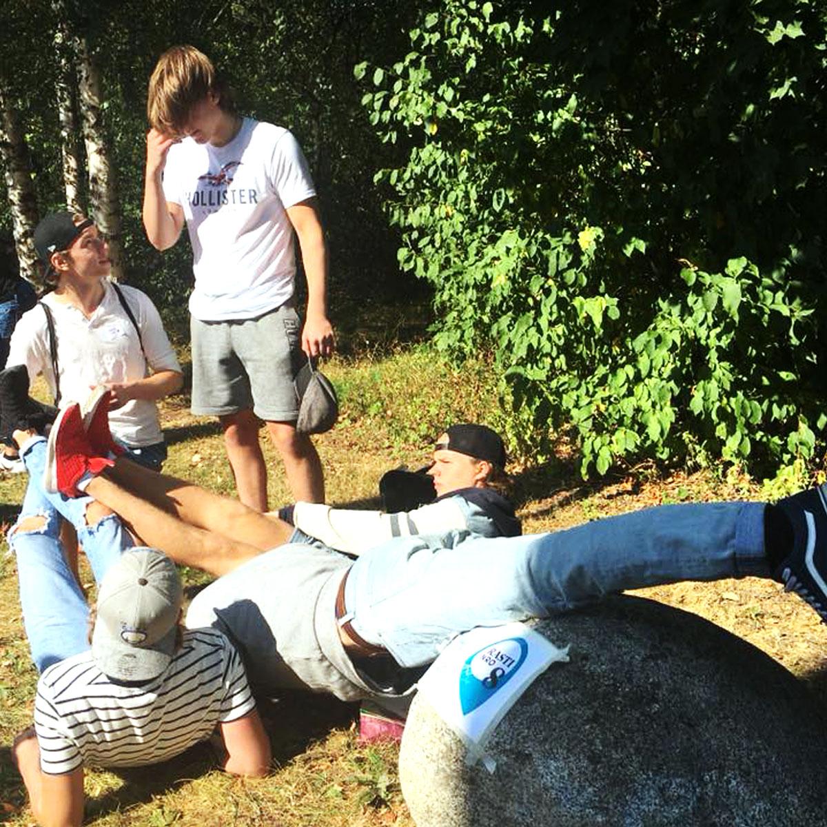 Uudet perholaiset rastitehtävien kimpussa pe 17.8.