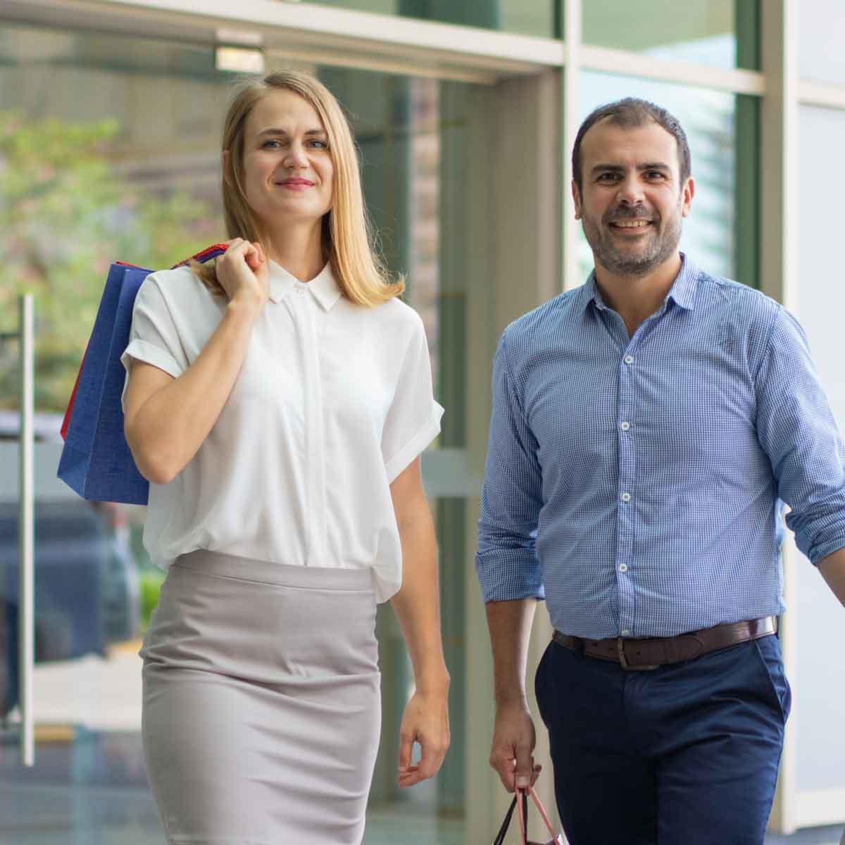 Kuvituskuva: tietoa huoltajille – pariskunta lähdössä vanhempainillasta