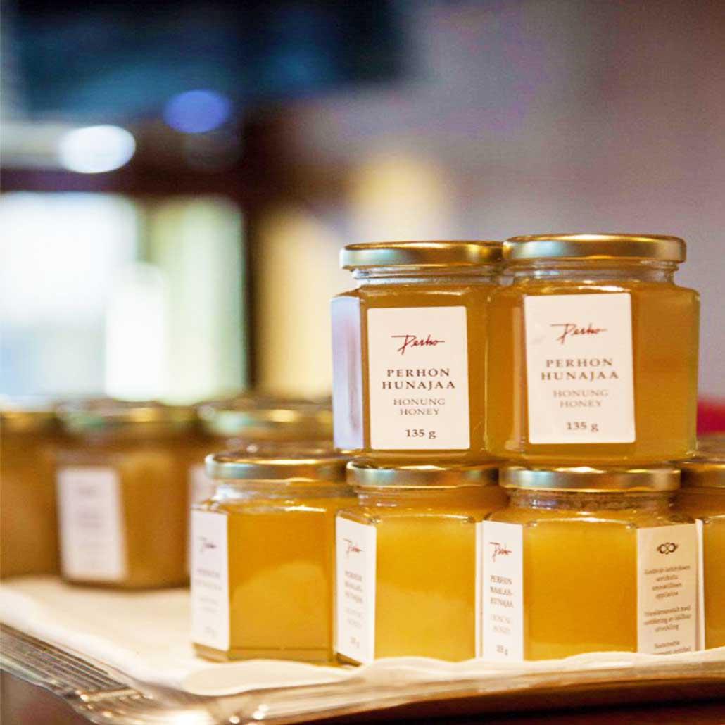 Pehon hunajaa lasipurkeissa valmiina myyntiin