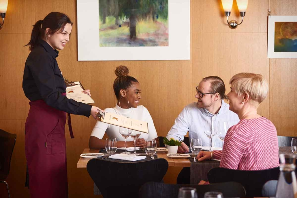 Tarjoilija asiakaspalvelussa ravintolan salissa